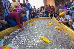 Gente no identificada que viaja para adorar la huella de Buda Foto de archivo libre de regalías