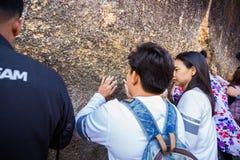 Gente no identificada que viaja para adorar la huella de Buda Imágenes de archivo libres de regalías