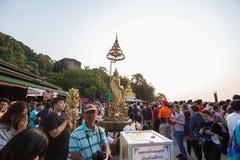 Gente no identificada que viaja para adorar la huella de Buda Fotografía de archivo libre de regalías