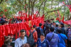 Gente no identificada que viaja para adorar la huella de Buda Foto de archivo