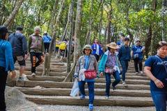 Gente no identificada que viaja para adorar la huella de Buda Imagen de archivo