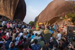 Gente no identificada que viaja para adorar la huella de Buda Imagenes de archivo