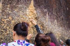 Gente no identificada que viaja para adorar la huella de Buda Fotos de archivo libres de regalías