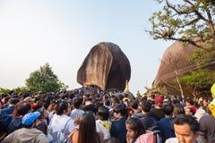 Gente no identificada que viaja para adorar la huella de Buda Imagen de archivo libre de regalías