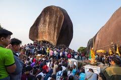 Gente no identificada que viaja para adorar la huella de Buda Fotos de archivo