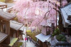 Gente non identificata al vicolo del Giappone nel distretto di Higashiyama Immagine Stock