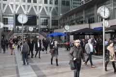 Gente non identificata alla passeggiata di Canary Wharf fra gli orologi Sei orologi pubblici da Konstantin Grcic sono stati proge immagine stock