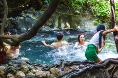 Gente non identificata che bighellona sorgente di acqua calda Immagine Stock Libera da Diritti