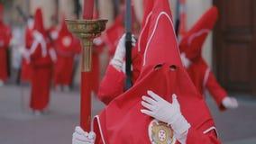 Gente non identificata che partecipa alle processioni di settimana santa stock footage