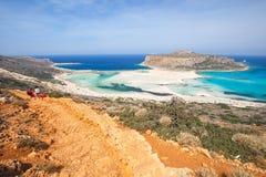 Gente non identificata che prende il sole e che passeggia lungo la spiaggia nella laguna di Balos su Creta, Grecia Immagini Stock Libere da Diritti