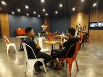 Gente non identificata Coppie dell'affare di conversazione maschio asiatico nel cinema dell'ingresso CGV fotografia stock libera da diritti