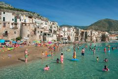 Gente non identificata sulla spiaggia sabbiosa in Cefalu, Sicilia, Italia Fotografia Stock Libera da Diritti