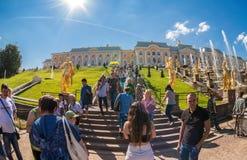 Gente non identificata vicino alla grande cascata nel palazzo di Peterhof Fotografie Stock Libere da Diritti