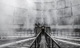 Gente observando la torre de la refrigeración por agua desde adentro Imagenes de archivo