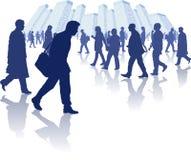 Gente occupata che cammina attraverso una città Fotografia Stock