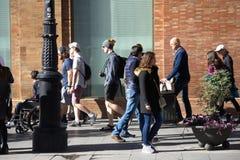 Gente occupata che cammina nelle vie di Siviglia Fotografie Stock Libere da Diritti
