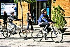 Gente occupata che cicla nelle vie di Siviglia 42 Fotografie Stock