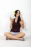 Gente, ocio y concepto de la tecnología - mujer en auriculares, smartphone Fotos de archivo libres de regalías