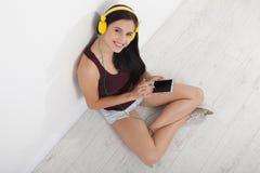 Gente, ocio y concepto de la tecnología - mujer en auriculares, smartphone Foto de archivo
