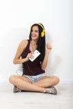 Gente, ocio y concepto de la tecnología - mujer en auriculares, smartphone Foto de archivo libre de regalías