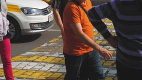 Gente ocupada de la calle de la ciudad en el paso de cebra almacen de metraje de vídeo