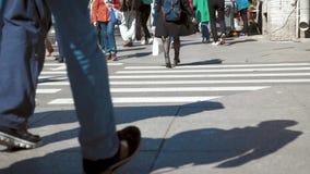 Gente ocupada de la calle de la ciudad en el paso de cebra metrajes