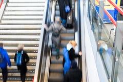 Gente ocupada de la estación de tren de la hora punta fotografía de archivo