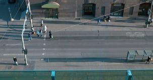 Gente ocupada que cruza la calle metrajes