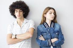 Gente ofendida jóvenes que se coloca uno al lado del otro Imagen de archivo libre de regalías