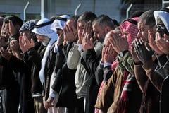 Gente palestina que ruega Imagenes de archivo