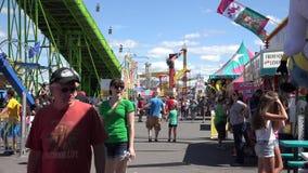Gente, parque de atracciones, asistentes metrajes