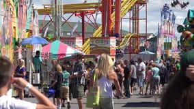 Gente, parque de atracciones, asistentes