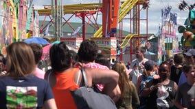 Gente, parque de atracciones, asistentes almacen de video