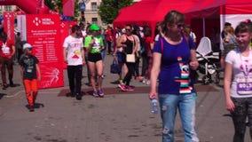 Gente, participantes y organizadores del marat?n en Zaporizhzhia, Ucrania, el 27 de abril de 2019 La pista para los corredores, almacen de video
