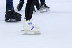 Gente patinadora del pie en la pista de hielo Fotografía de archivo