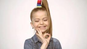 Gente pazzesca Fronte divertente Scherza felice Emozioni divertenti della ragazza Espressione divertente dei bambini Emozioni sor stock footage