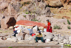 Gente peruviana anziana che vive sul lago Titicaca Immagine Stock
