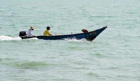 Gente, playa y barco de la velocidad Fotografía de archivo libre de regalías