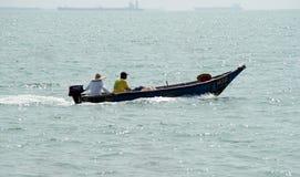 Gente, playa y barco de la velocidad Foto de archivo