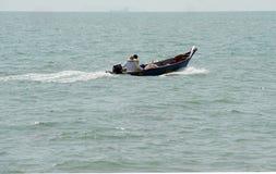 Gente, playa y barco de la velocidad Fotos de archivo