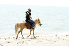 Gente, playa y caballo Fotografía de archivo