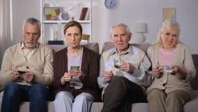 Gente pobre que lleva a cabo los dólares, dinero exigente, trastorno con programa social de la pensión almacen de video