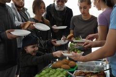 Gente pobre que recibe la comida de voluntarios imágenes de archivo libres de regalías