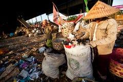Gente pobre que trabaja en un barrido en el vaciado Imagen de archivo libre de regalías