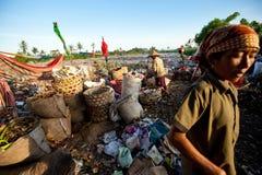 Gente pobre que trabaja en un barrido en el vaciado Fotografía de archivo libre de regalías