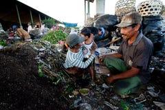 Gente pobre que trabaja en un barrido en el vaciado Foto de archivo