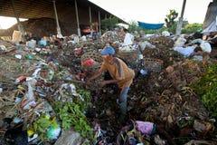 Gente pobre que trabaja en un barrido en el vaciado Imagen de archivo