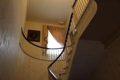 Gente principal de la escalera elaborada hasta dormitorios arriba, mesón grande del árbol, Geneseo, Nueva York, 2018 fotos de archivo