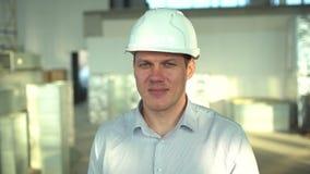 Gente profesional en el trabajo, retrato del arquitecto o un trabajador o un ingeniero con el casco de seguridad en emplazamiento metrajes