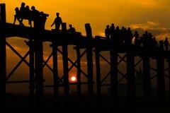 Gente profilata che attraversa il ponte del bein di U con il tramonto, i longes fotografia stock libera da diritti